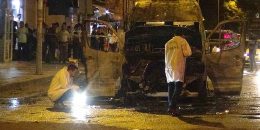 Terör yandaşları yolcu minibüsünü yaktı!