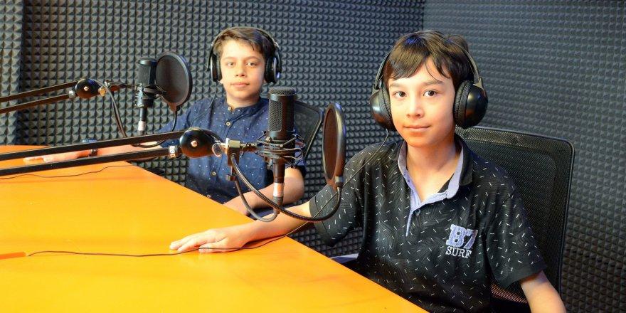 Genç KOMEK öğrencileri mikrofon başında