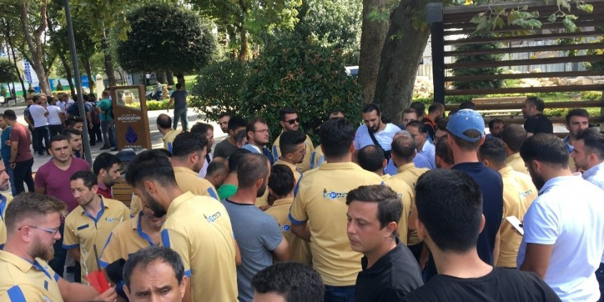 İşten çıkarılan İSPARK çalışanları İBB önünde basın açıklaması yaptı