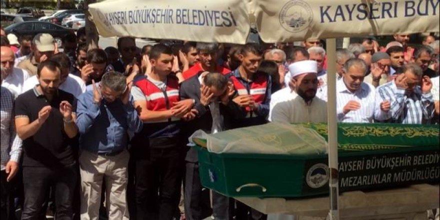 FETÖ hükümlüsü işadamı annesinin cenazesine kelepçe ile katıldı
