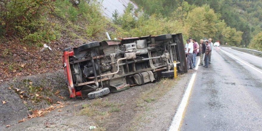 Şarampole devrilen kamyonetten yara almadan kurtuldu