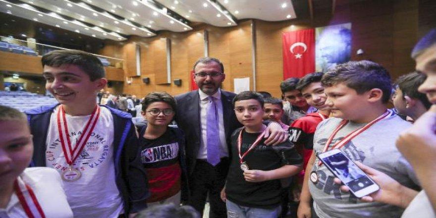 Bakan Kasapoğlu: Gençlerimizi geleceğe hazırlamak bizim birinci vazifemiz