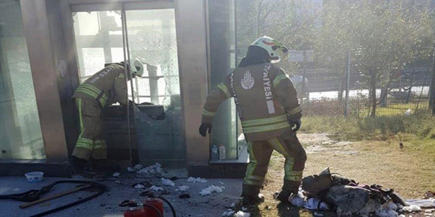 Vatandaşların kıyafetleri yandı! Metrobüs durağında yangın