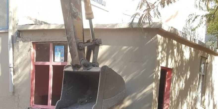 Bağlar Belediyesi çocuklar için riskli olan kantini yıktı