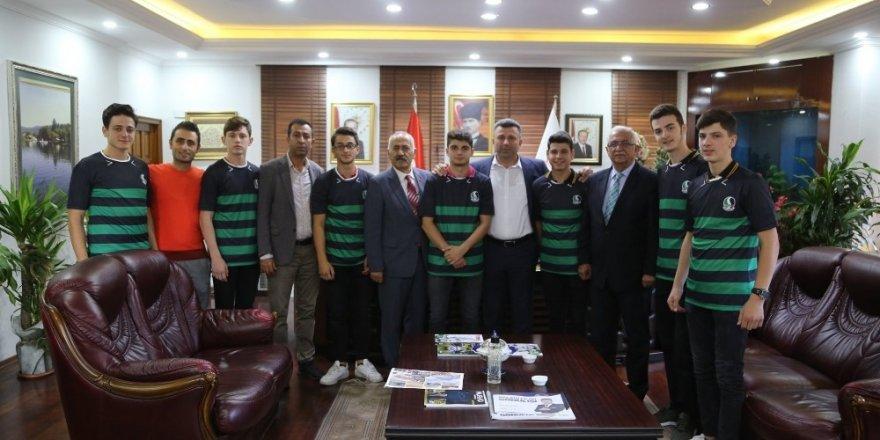 Başkan Özen, öğrencilere Sakaryaspor forması hediye etti