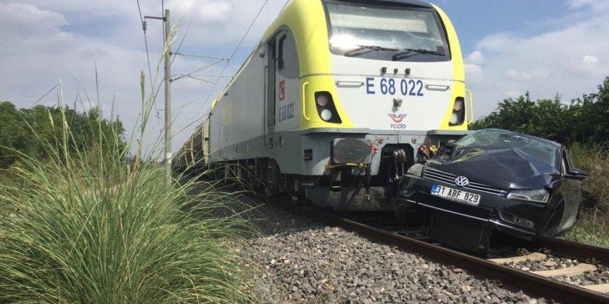 Trenin çarptığı otomobilin sürücüsü yaralandı
