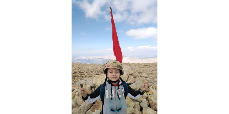 7 yaşındaki Kartal, 3 bin metre zirvede Türk bayrağı açtı