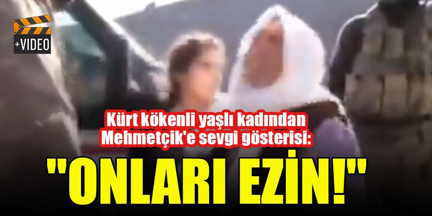"""Kürt kökenli yaşlı kadından Mehmetçik'e sevgi gösterisi: """"Onları ezin!"""""""
