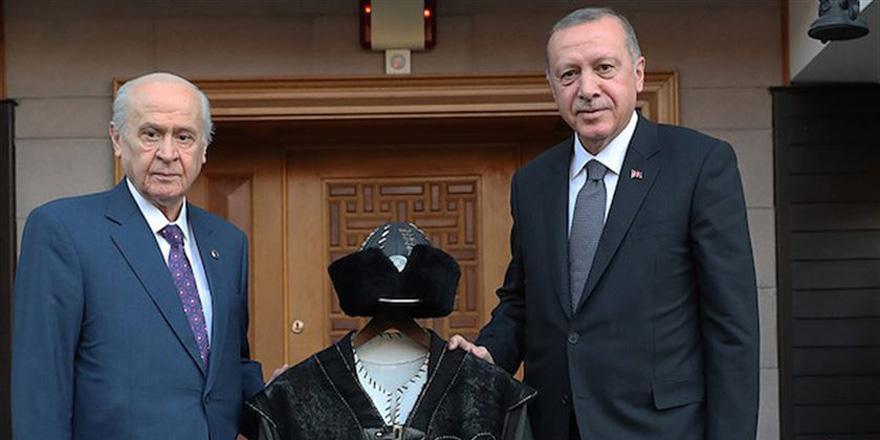 Bahçeli, Erdoğan'a Hakan kaftanı hediye etti