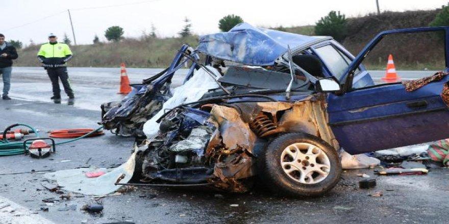 Otomobille hafif ticari araç çarpıştı: 2 ölü, 3 yaralı