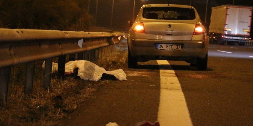 Otoyolda yolun karşısına geçmeye çalışan kadına otomobil çarptı: 1 ölü