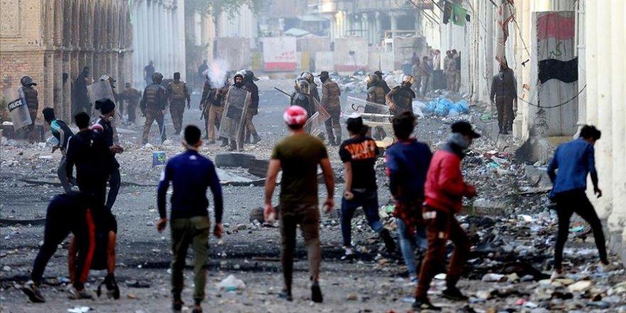 Irak'ın Zikar kentinde protestocular valilik binasını ateşe verdi