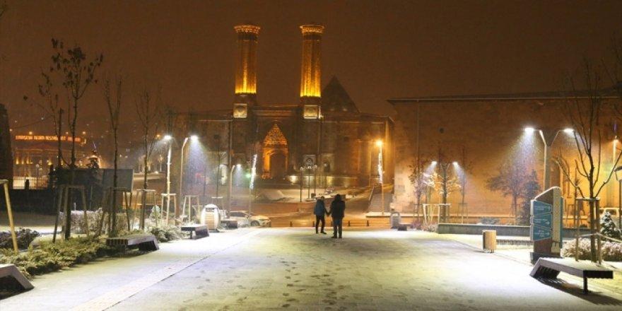 Erzurum ve Kars'ta kar yağışı kentleri beyaza bürüdü