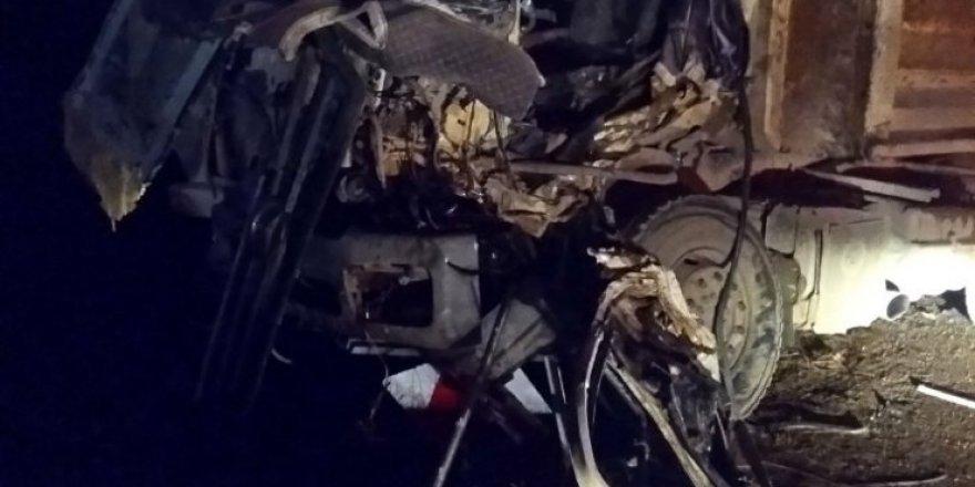 Bayburt'ta kamyon ile tır kafa kafaya çarpıştı: 2 yaralı