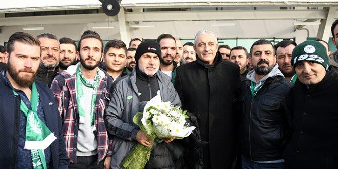 Taraftar Konyaspor'u çiçeklerle karşıladı