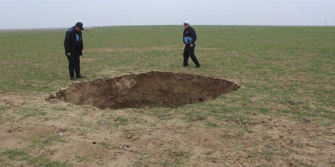 Konya'da buğday ekili tarlada obruk oluştu