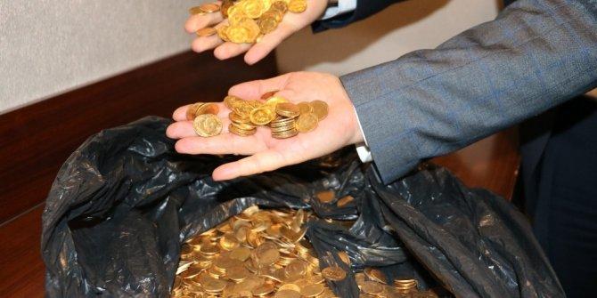 Asgari ücretle çalışan işçiler yüzlerce altın para buldu