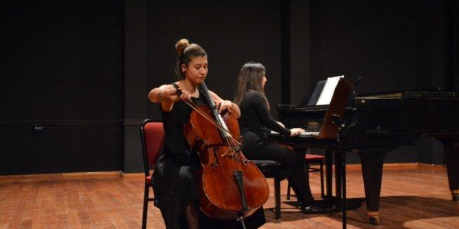 Doç. Dr. Yury Semenov'un öğrencilerinden viyolonsel konseri