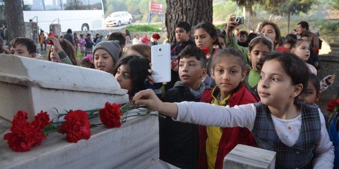 Kuşadalı Mahmut Esat Bozkurt mezarı başında anıldı