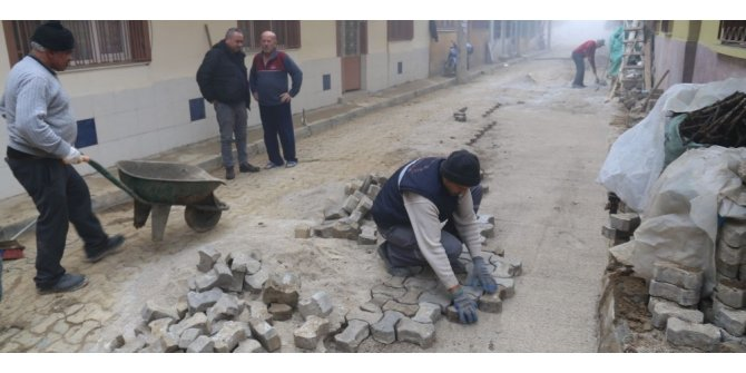 Turgutlu'da altyapı için kazılan yolların tadilatı hızlanıyor