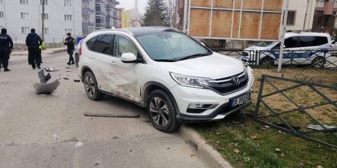 Bozüyük'te iki otomobil çarpıştı 3 yaralı