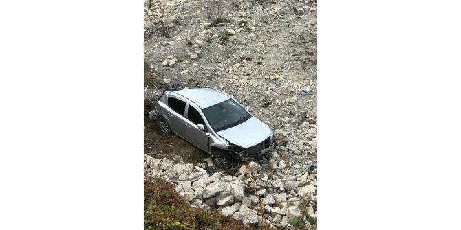 Türkeli'de otomobil şarampole uçtu: 2 yaralı
