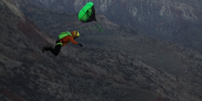 Ekstrem sporcular, bin 300 rakımlı Kaletül-Üstad tepesinden atladı