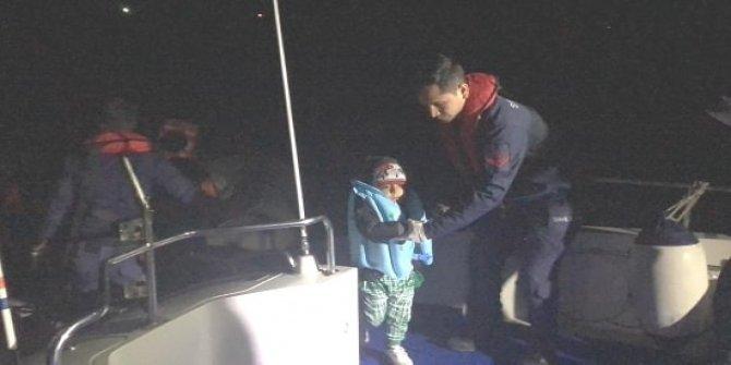 Botları sürüklenen kaçak göçmenleri Sahil Güvenlik ekibi kurtardı