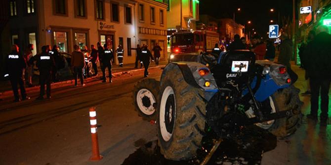 Balıkesir'de otomobil ile traktör çarpıştı: 5 yaralı