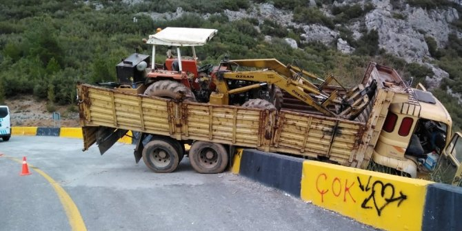 İş makinesi taşıyan kamyon kaygan yolda kaza yaptı