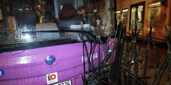 Kabataş'ta otobüs tramvay bariyerlerine çarptı