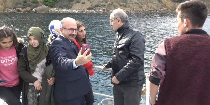 Öksüz ve yetim çocuklardan denizin ortasında İstiklal Marşı yarışması