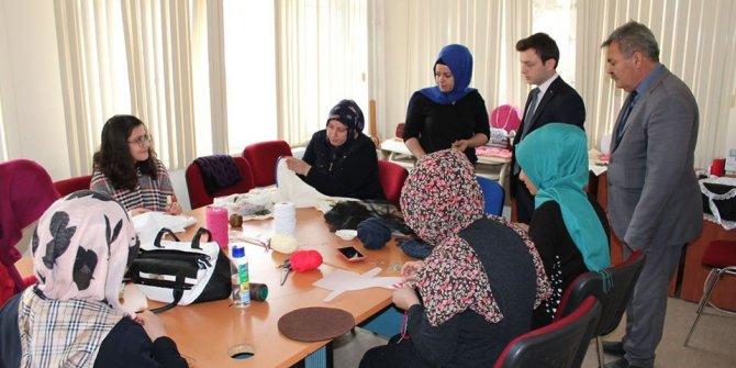 Kaymakam Erdoğan, İlçe Halk Eğitim Merkezi Müdürlüğünde kursları ziyaret etti