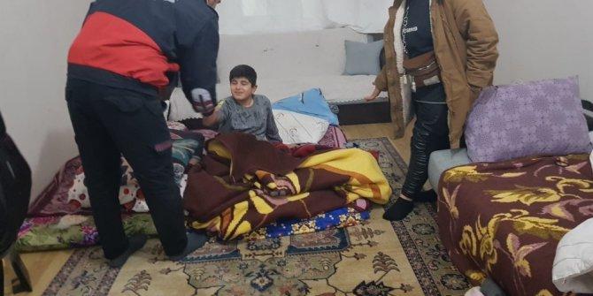 Evde uyuyakalan çocuk itfaiyeyi alarma geçirdi