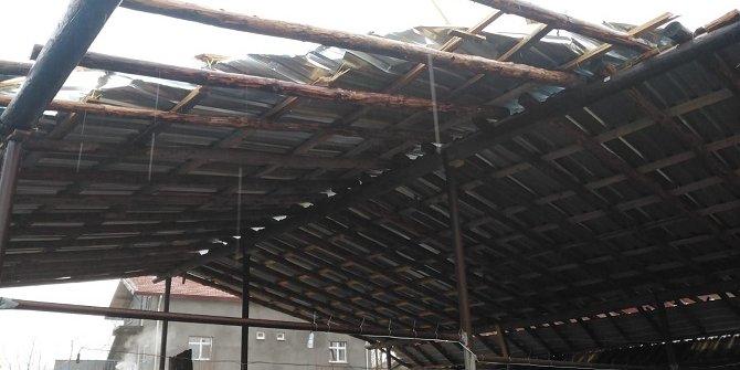 Seydişehir'de rüzgar besi damının çatısını uçurdu