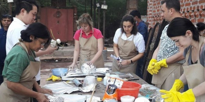 DPÜ'lü iki öğretim üyesi Hindistan'da seramik sempozyumuna katıldı