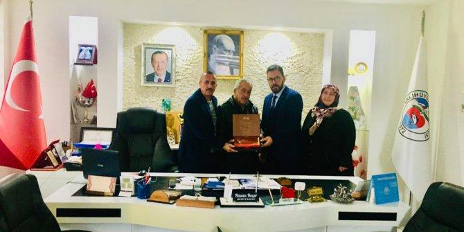 Yalıhüyüklü şehit ailelerine Başkan Altay Kur'an ve bayrak gönderdi