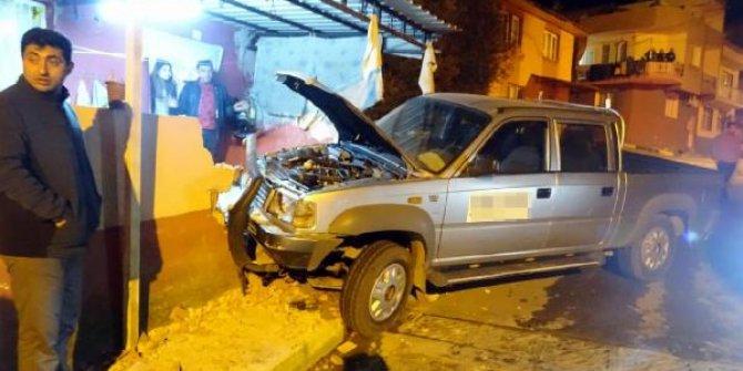 Ehliyetsiz sürücünün kullandığı kamyonet duvara çarptı