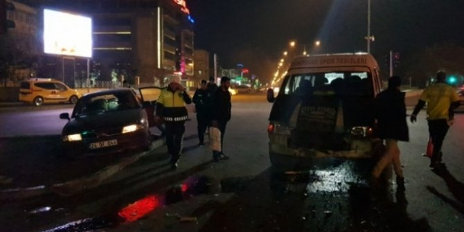 Erzincan'da minibüs ile otomobil çarpıştı: 5 yaralı