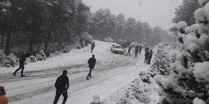 Kar görmeye giden tatilciler, dönüş yolunda karda mahsur kaldı