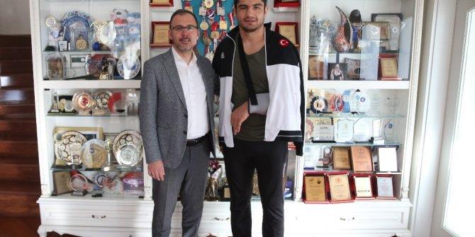 Bakan Kasapoğlu'dan Taha Akgül'e geçmiş olsun ziyareti