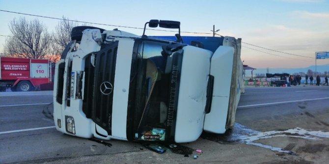 Isparta-Konya kara yolunda minibüse çarpan tır devrildi