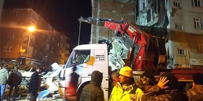 Elazığ'da enkazdan 2 kişi sağ çıkarıldı