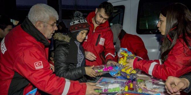 Elazığ'daki depremzede çocukların yüzü hediye edilen oyuncaklarla güldü