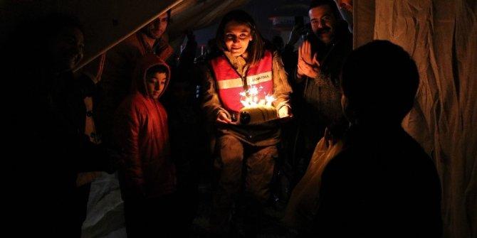 Depremzede çocuğa çadırda doğum günü