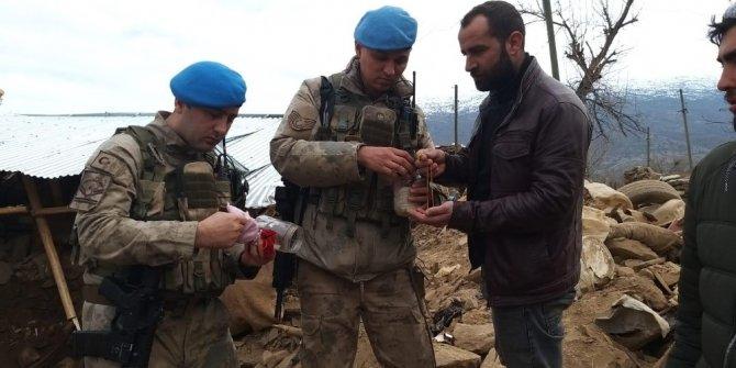 Jandarma enkazda bulduğu altınları sahibine teslim etti