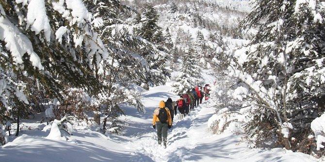Doğaseverler dağın zirvesine tırmanarak çığ altında kalan şehitleri andı