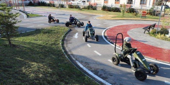 Bilgievleri öğrencileri trafik eğitim parkında
