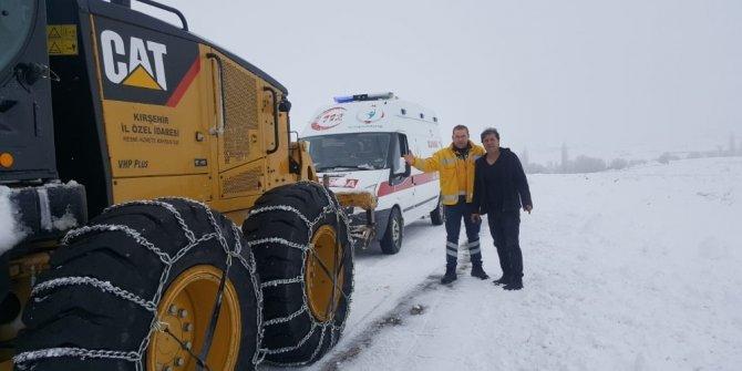 Yolda kalan ambulans ekiplerce kurtarıldı