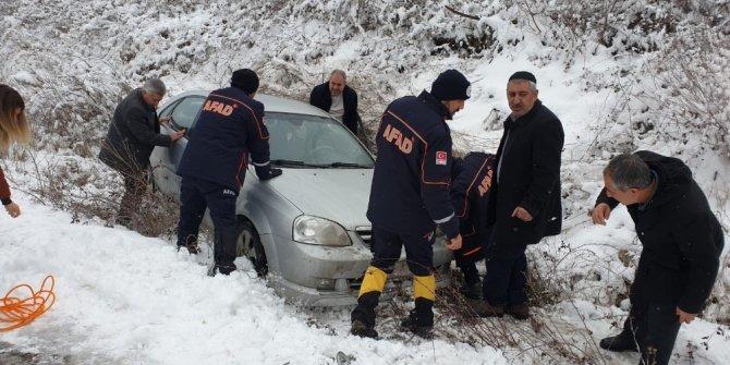 Kayganlaşan yoldan şarampole sürüklenen aracı AFAD ekipleri kurtardı
